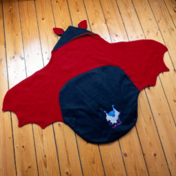 Baby Goth Decke: Babyfledermaus-Wrap - karminrot